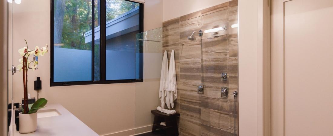zero-entry-shower-glass-panel-modern-1100x450.jpg